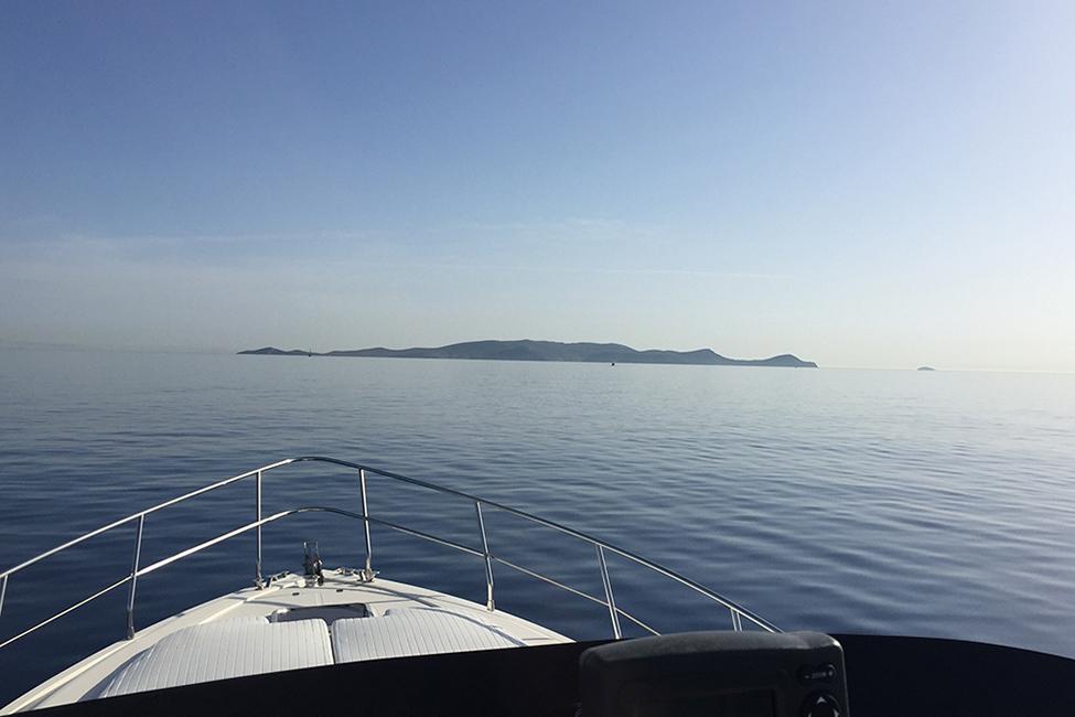 Dia island boat cruise approaching